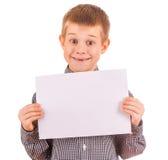 有白色纸片的滑稽的逗人喜爱的男孩 库存图片