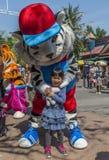 有白色老虎吉祥人的小女孩 库存照片