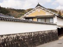 有白色膏药墙壁的传统日本商人房子 库存图片