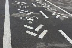 有白色自行车标号的柏油路 图库摄影