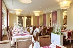 有白色被盖的桌的餐厅 免版税库存照片