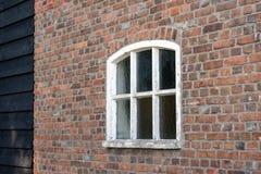 有白色被绘的具体窗口的砖墙 免版税图库摄影