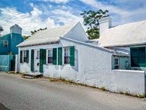 有白色被绘的屋顶的家 库存图片