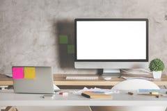 有白色计算机的创造性的设计师桌面 库存图片