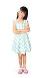 有白色赤素馨花花的亚裔小女孩在她的耳朵 免版税库存照片