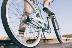 有白色轮子的蓝色葡萄酒自行车在一个晴朗的夏天晚上 图库摄影