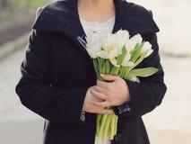 有白色郁金香花束的新娘 免版税库存照片