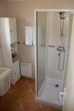 有白色陶瓷装置和阵雨客舱的现代卫生间 免版税库存图片