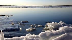 有白色雪的冻湖 免版税库存图片