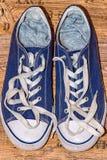 有白色鞋带的蓝色运动鞋 免版税库存照片
