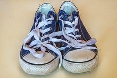 有白色鞋带的蓝色运动鞋 库存照片