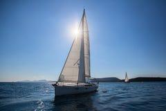 有白色风帆的帆船豪华游艇在海的种族 旅行 免版税库存图片