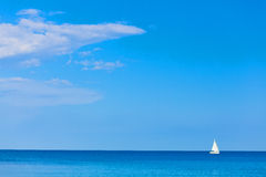 有白色风帆的游艇在海 免版税库存照片