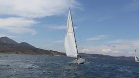 有白色风帆的游艇滑动海表面上 旅行 股票视频