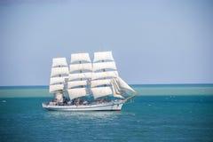 有白色风帆的老历史高船在蓝色海俄罗斯 免版税库存图片