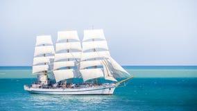 有白色风帆的老历史高船在蓝色海俄罗斯 库存图片