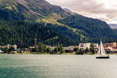 有白色风帆的风船在St Moritz湖,圣莫里茨坏在背景中 免版税库存图片