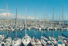 有白色风船和游艇的小游艇船坞在晴天 免版税库存图片