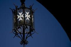 有白色马耳他十字形的灯笼 免版税库存照片