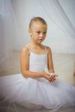 有白色鸟的小逗人喜爱的芭蕾舞女演员 免版税图库摄影
