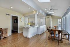 有白色细木家具的厨房 库存图片