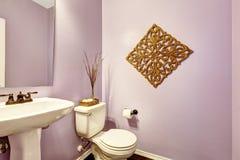 有白色水盆立场的浅紫色的卫生间 免版税库存照片
