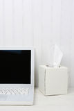 有白色组织箱子的白色书桌 图库摄影