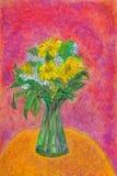 有白色&黄色花的一个绿色玻璃花瓶在一张茶黄黄色桌和紫红色的背景上 免版税图库摄影