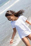 有白色T恤杉的女孩 库存照片