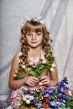 有白花的白肤金发的女孩在她的头发 免版税图库摄影