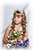 有白花的白肤金发的女孩在她的头发 免版税库存照片