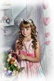 有白花的白肤金发的女孩在她的头发 免版税库存图片