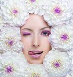 有白花的秀丽女孩 库存图片