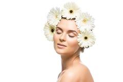 有白花的美丽的女孩在头 免版税库存照片