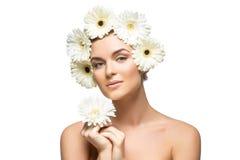 有白花的美丽的女孩在头 库存照片