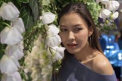 有白花的美丽的妇女 库存图片