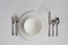 有白葡萄酒玻璃的正式晚餐餐位餐具器物 免版税库存照片