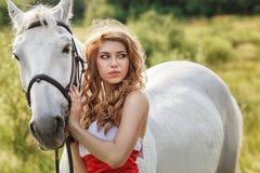 有白马的美丽的肉欲的妇女 库存图片