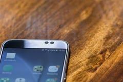 有百分之二十六电池充电的智能手机在屏幕上 库存照片