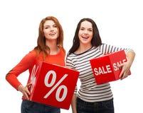 有百分之的微笑的十几岁的女孩和销售签字 免版税库存照片