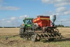 有的一台绿色拖拉机条播机亩茬地 免版税库存照片