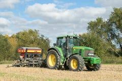 有的一台绿色拖拉机条播机亩茬地 免版税图库摄影