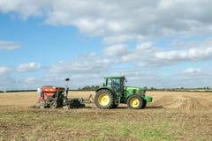 有的一台绿色拖拉机条播机亩茬地 免版税库存图片