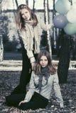 有的两个时尚青少年的女孩气球在秋天停放 库存图片