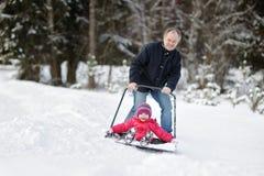 有的乐趣乘驾铁锹雪冬天 库存照片