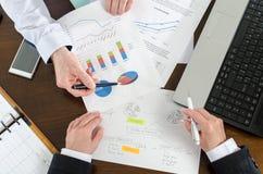 有的买卖人关于财政报告的一次讨论 免版税图库摄影