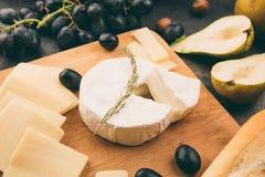 有的乳酪盛肉盘葡萄 免版税图库摄影