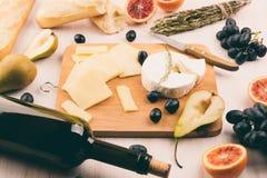 有的乳酪盛肉盘葡萄 库存图片