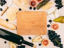 有的乳酪盛肉盘葡萄 库存照片