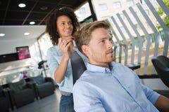 有的人从女性美发师的理发 免版税库存图片